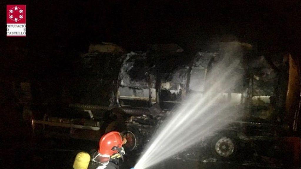 El incendio de un camión con mercancías peligrosas, obliga a cortar la AP-7 en Benicarló