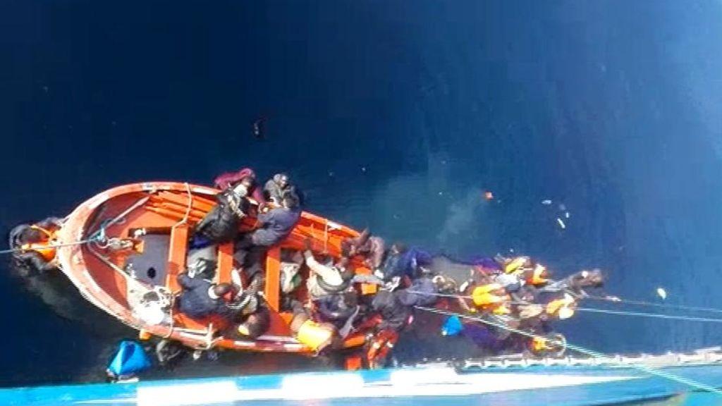 Impresionantes imágenes de un grupo de marineros sin experiencia en rescates salvando la vida de 35 migrantes