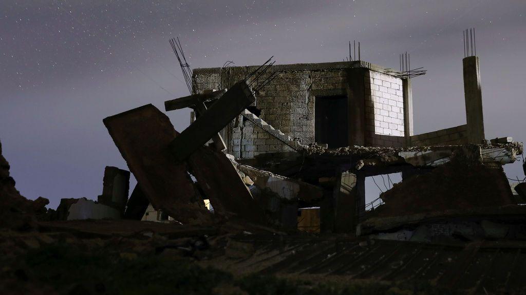 Casas dañadas durante la noche en el área controlada por los rebeldes, en la ciudad de Daraa, Siria