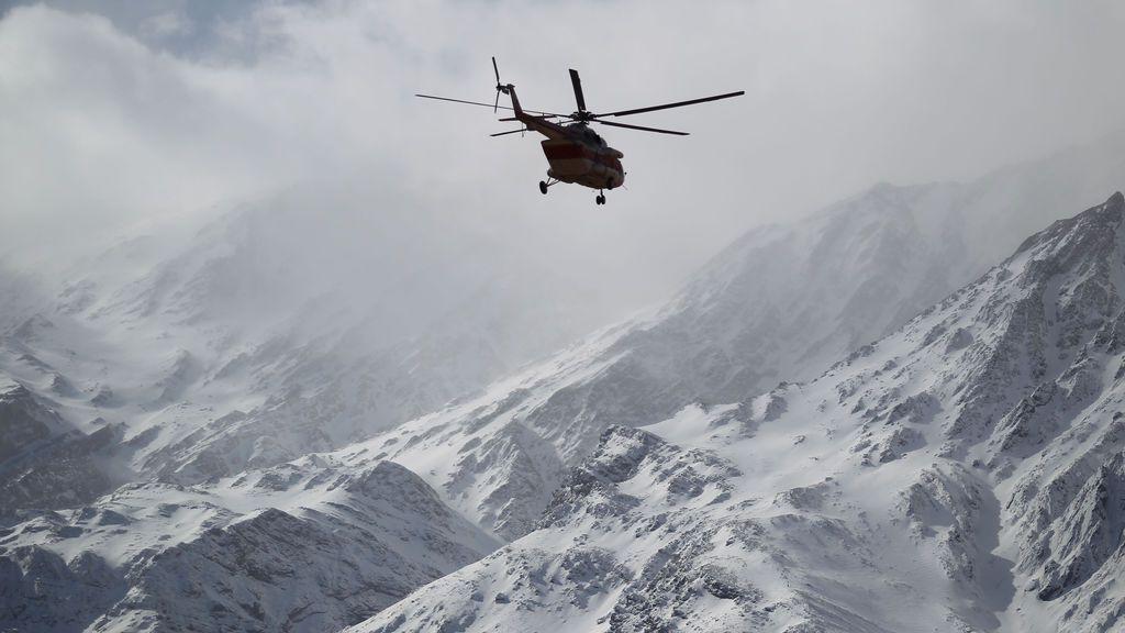 El helicóptero de emergencia y de rescate busca el avión que se estrelló en una zona montañosa del centro de Irán