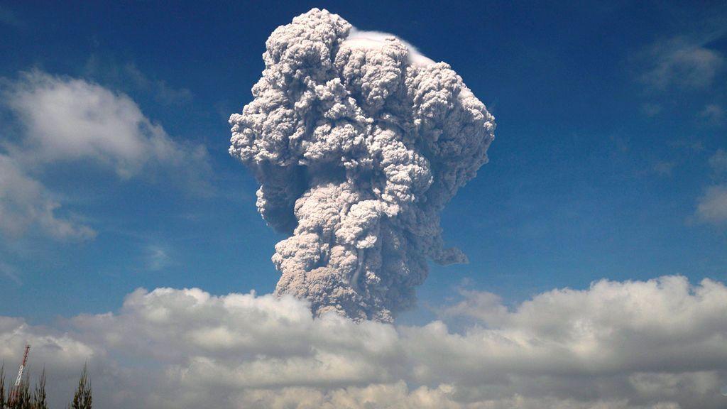 La ceniza del volcán Monte Sinabung durante una erupción en Sumatra del Norte, Indonesia