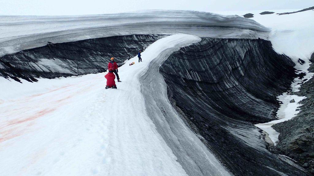 La marcha prematura de la nieve nos ha dejado un glaciar en blanco y negro