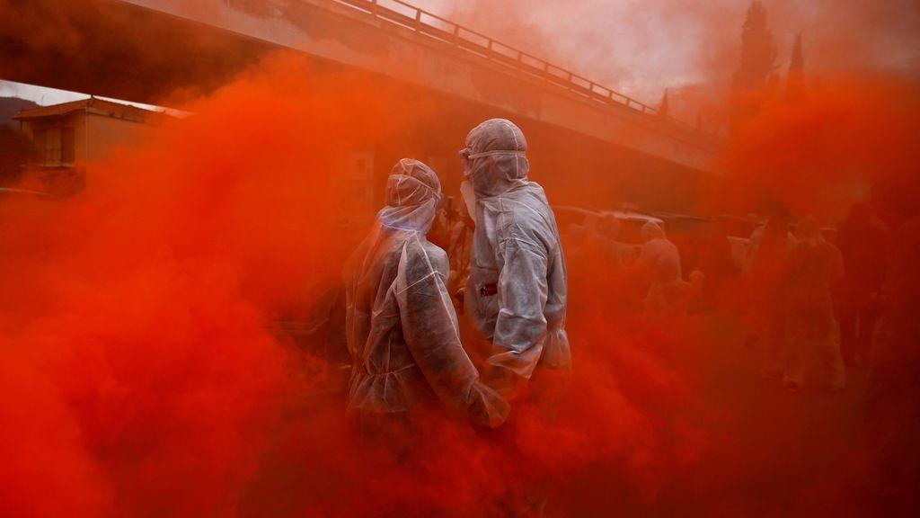 """Dos personas participan en la """"guerra de harina"""" durante la celebración del """"lunes de ceniza"""", en la ciudad portuaria de Galaxidi, Grecia"""