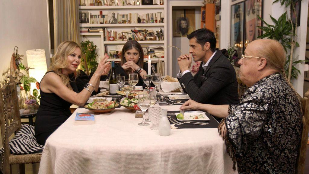Ana Obregón, Lucía Etxebarria, Rappel y Víctor Janeiro, en la primera edición de 'Ven a cenar conmigo: Gourmet edition'.