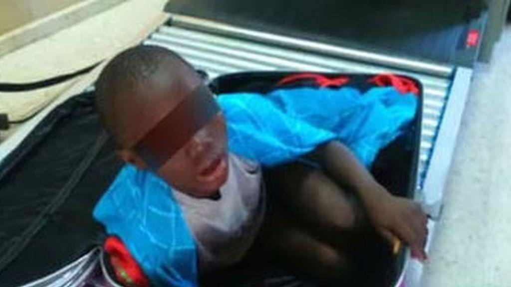 El padre que intentó introducir a su hijo en España en una maleta, multado con 224 euros
