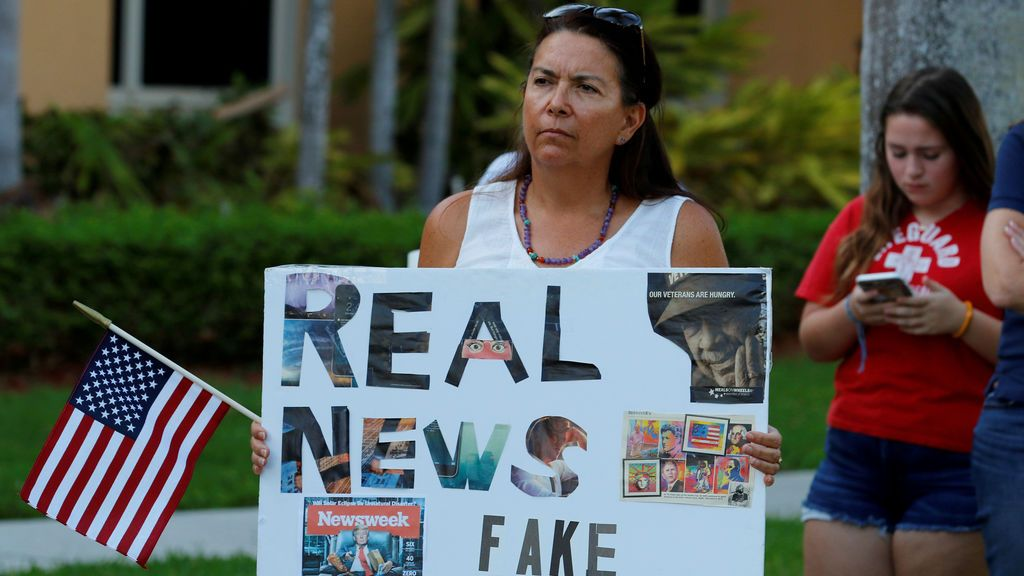 Una manifestante sostiene un letrero en una marcha que llama a la acción contra la violencia armada de la Interfaith Justice League en Delray Beach, Florida, Estados Unidos