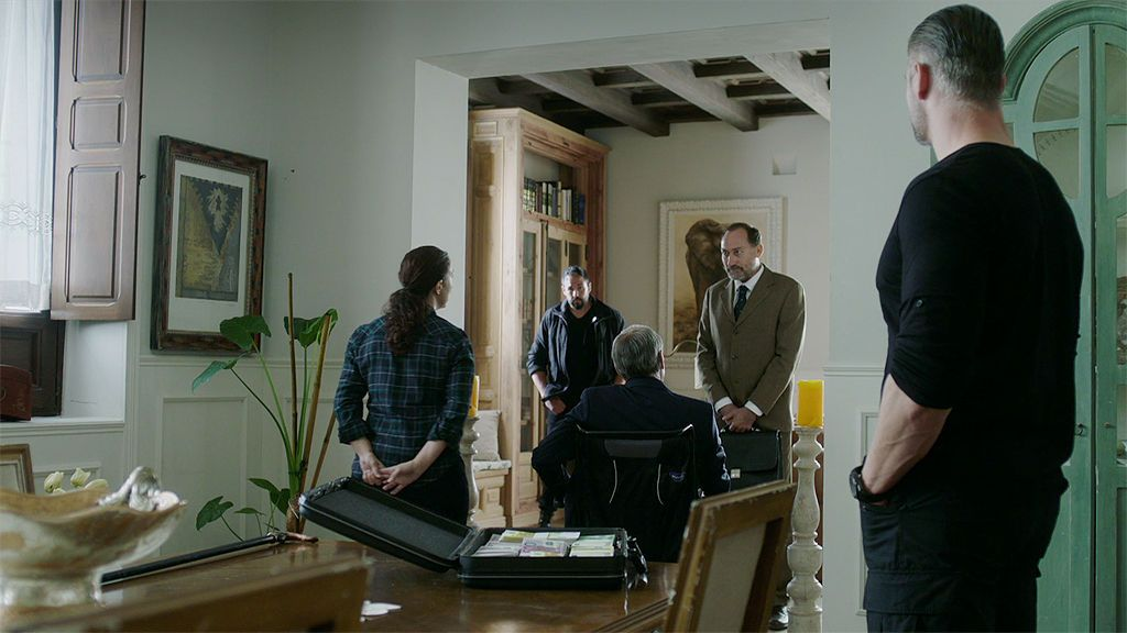 Joao obliga a Joaquín a poner un transmisor en la maleta de Lucía para averiguar dónde está José Espada