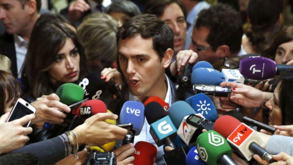 Albert Rivera es entrevistado en los pasillos del Congreso de los Diputados.