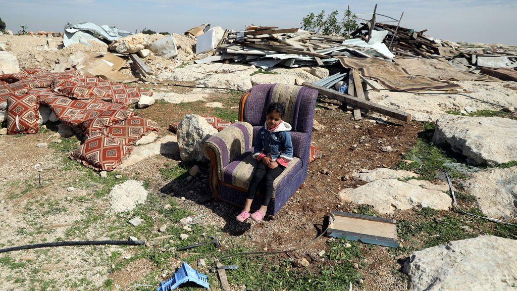 Una niña palestina está sentada en un sofá después de que las tropas de Israel destruyeran una estructura palestina en el pueblo de Al-Eizariya, en la ocupada Cisjordania, al este de Jerusalén