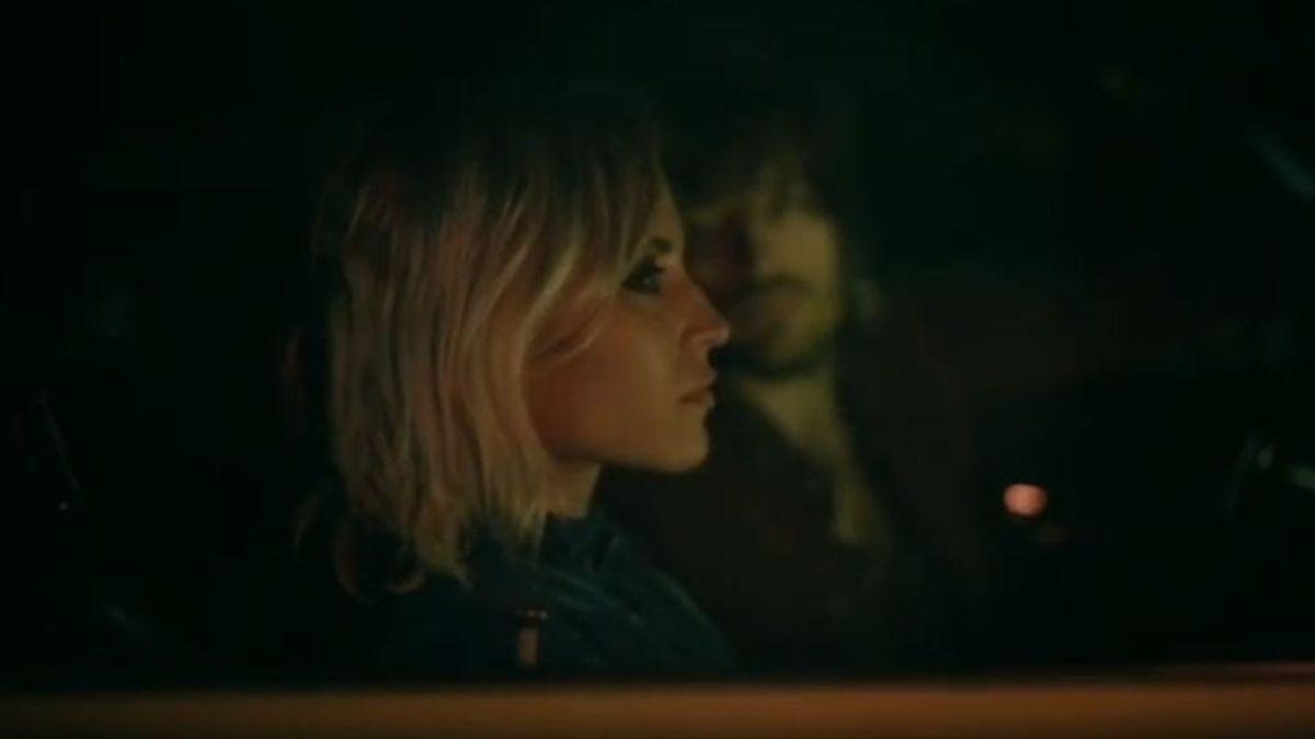 Ana Fernández 'juega a ser cantante' en el nuevo videoclip de Marlon ¡y lo hace genial!