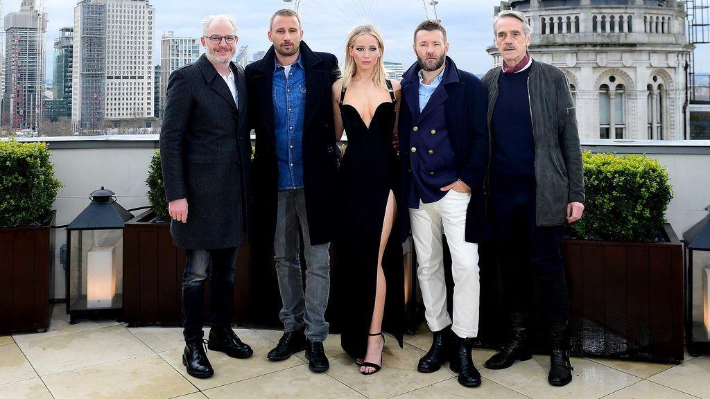 Jennifer Lawrence, en vestido, pasa frío en una promoción de una película; sus compañeros actores, con abrigos, no