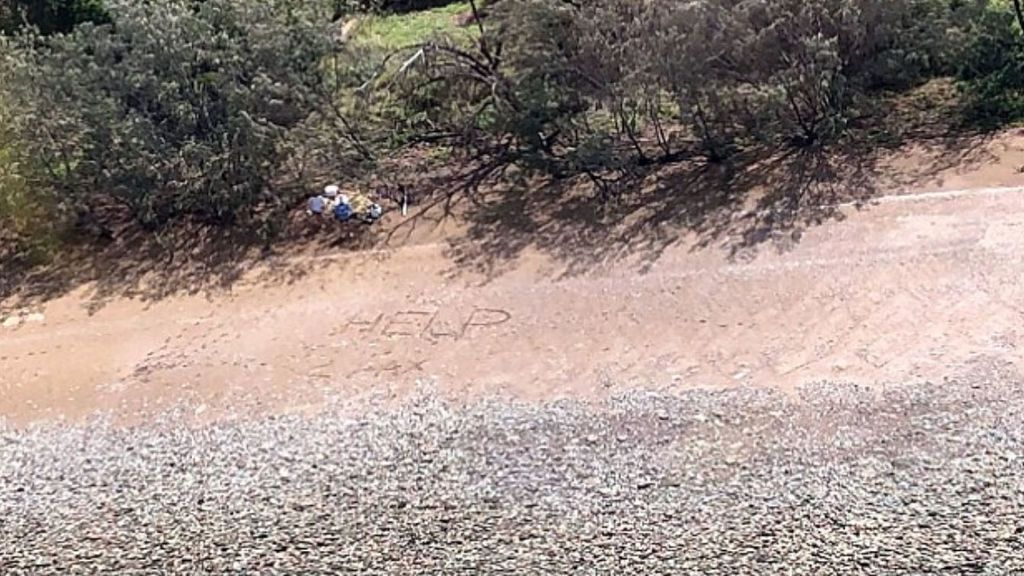 """Rescatan a dos náufragos tras escribir """"ayuda"""" en la arena en una isla australiana"""