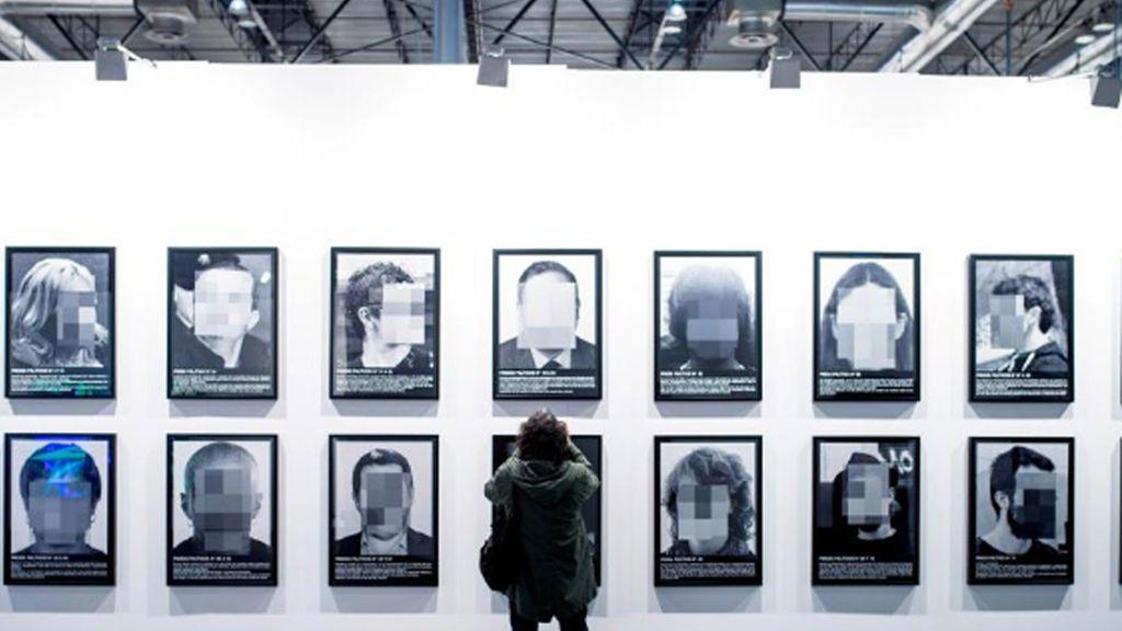 ARCO retira 'Presos políticos',  la obra fotográfica del artista Santiago Sierra