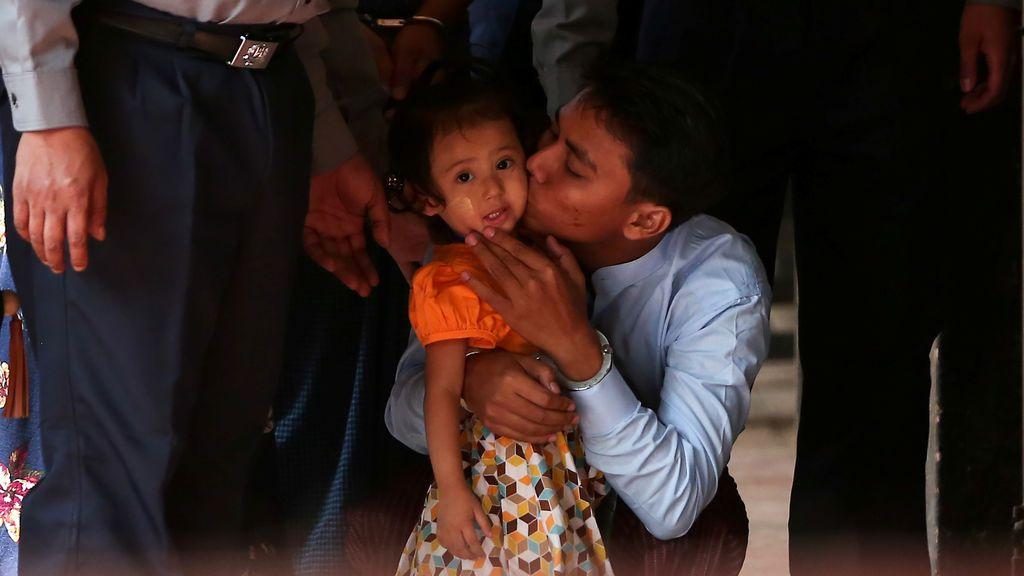 El periodista de Reuters detenido Kyaw Soe Oo besa a su hija mientras es escoltado por la policía para una audiencia en la corte en Yangon, Myanmar