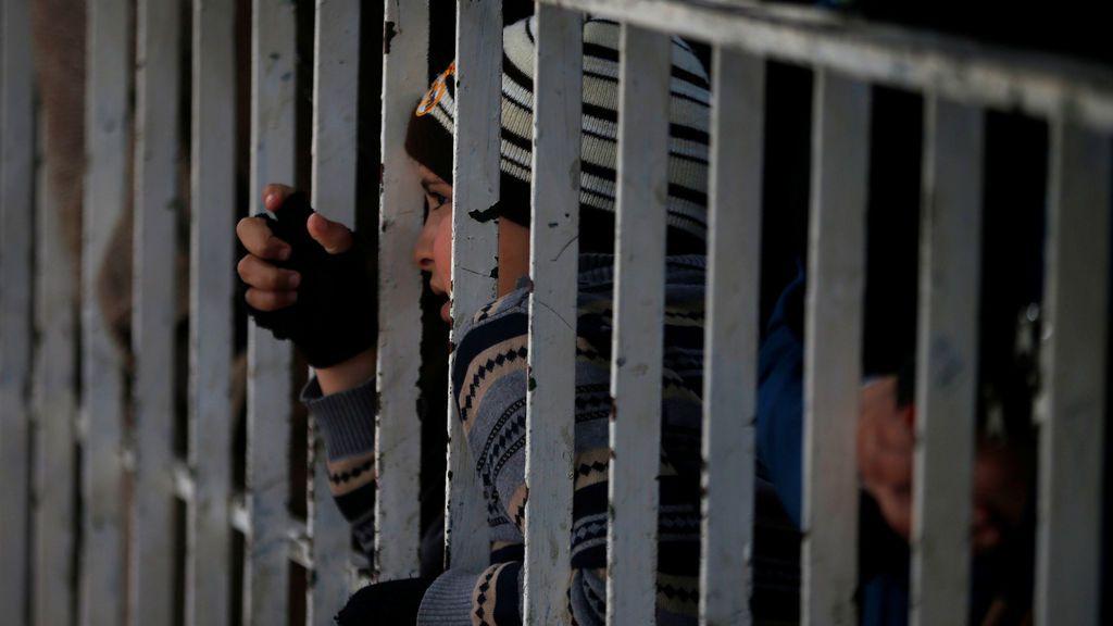 Un niño palestino espera un permiso de viaje para cruzar a Egipto a través del paso fronterizo de Rafah