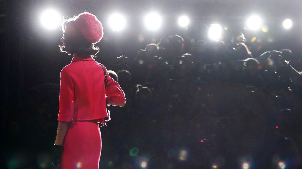 Una modelo presenta una creación de la colección femenina Moschino Otoño / Invierno 2018 durante la Semana de la Moda de Milán