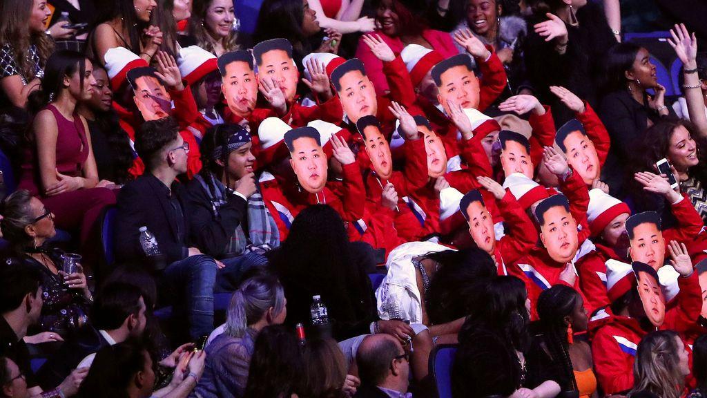 Los espectadores de los Brit Awards usan máscaras de Kim Jong-un mientras se hacen pasar por las animadores norcoreanas de los Juegos Olímpicos de Invierno en el O2 Arena de Londres, Gran Bretaña