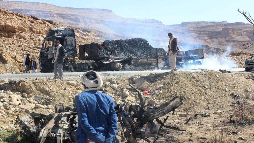 Los yemeníes inspeccionan el daño causado a un camión después de un ataque aéreo de la coalición liderada por Arabia Saudita en Saada, Yemen