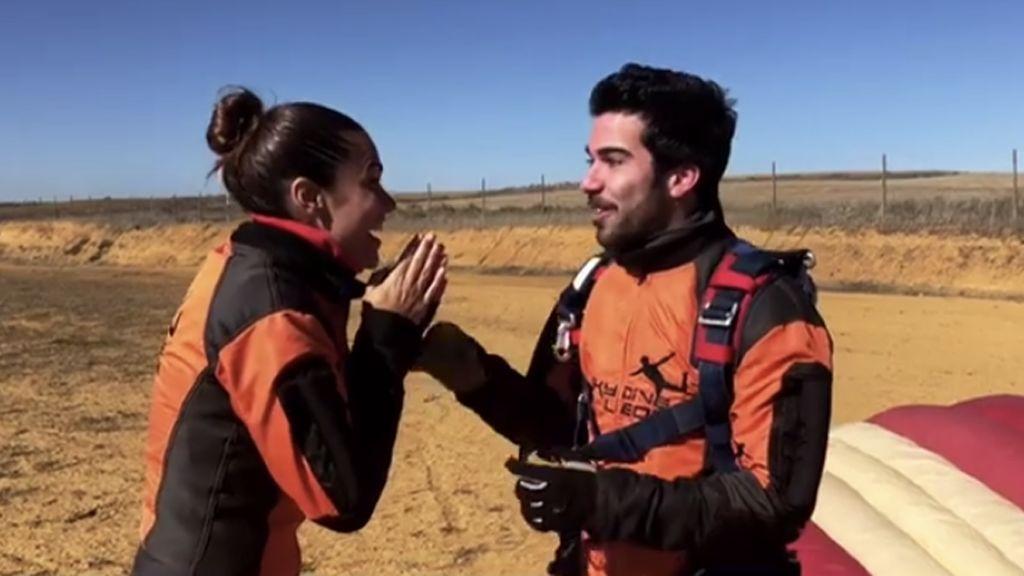 ¡Por los aires!: Lara Álvarez y su hermano disfrutan de un día de paracaidismo