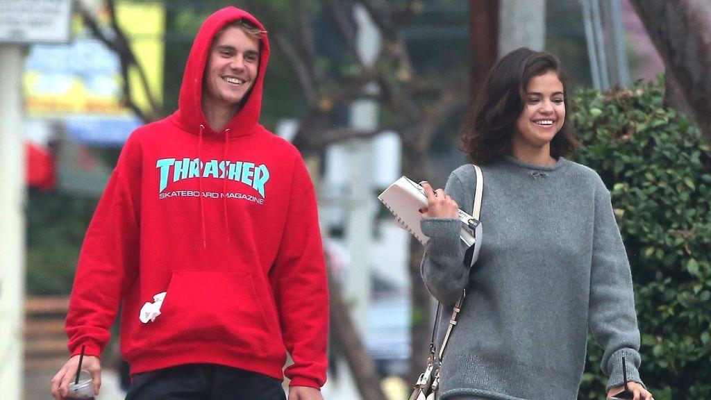 Besos, abrazos y caricias: Justin Bieber y Selena Gómez pillados 'in fraganti' por las playas de Jamaica