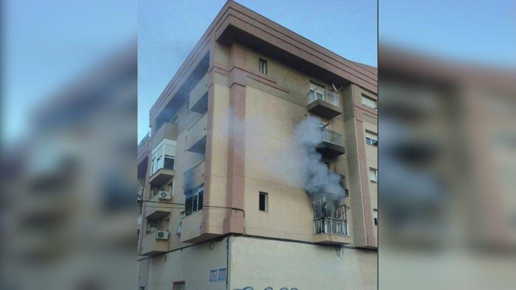 Herido grave al tirarse por la ventana para escapar de las llamas en un edificio de Cartagena