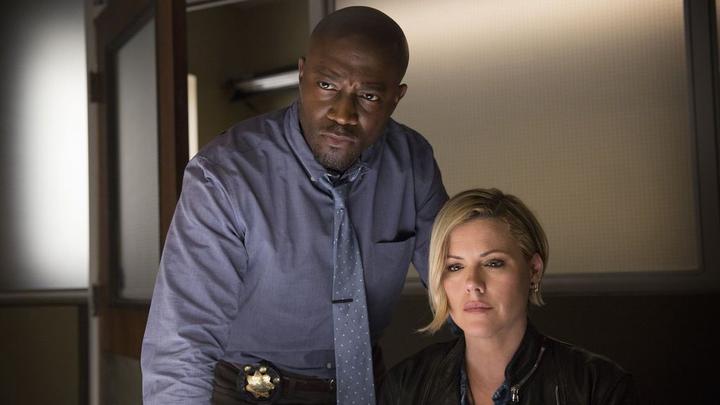 Taye Diggs y Kathleen Robertson interpretan a Terry English y Hildy Mulligan en 'Murder in the first'.