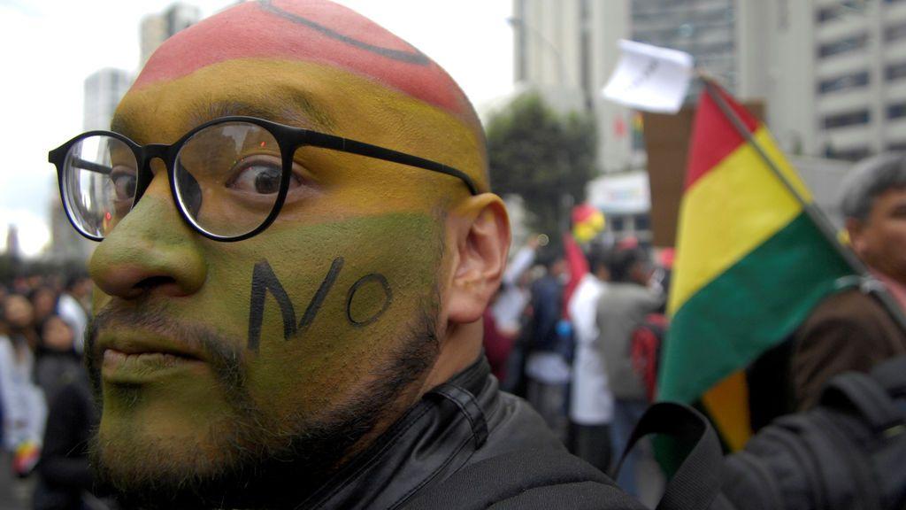 Un manifestante acude a la protesta contra la candidatura del presidente Evo Morales en Bolivia