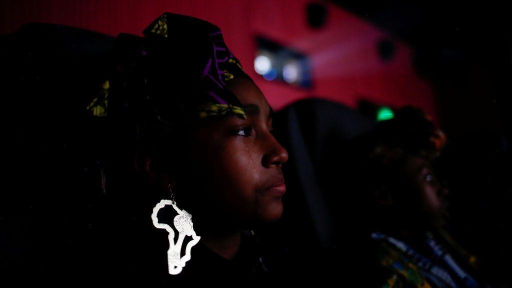 Una alumna de 12 años derrama una lágrima durante la visualización de la película 'Black Panther' en los teatros de Atlantic Station en Atlanta, Georgia, Estados Unidos