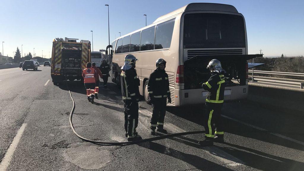 Arde un autobús escolar en la A-6 con 46 niños de ocho años, todos ellos ilesos
