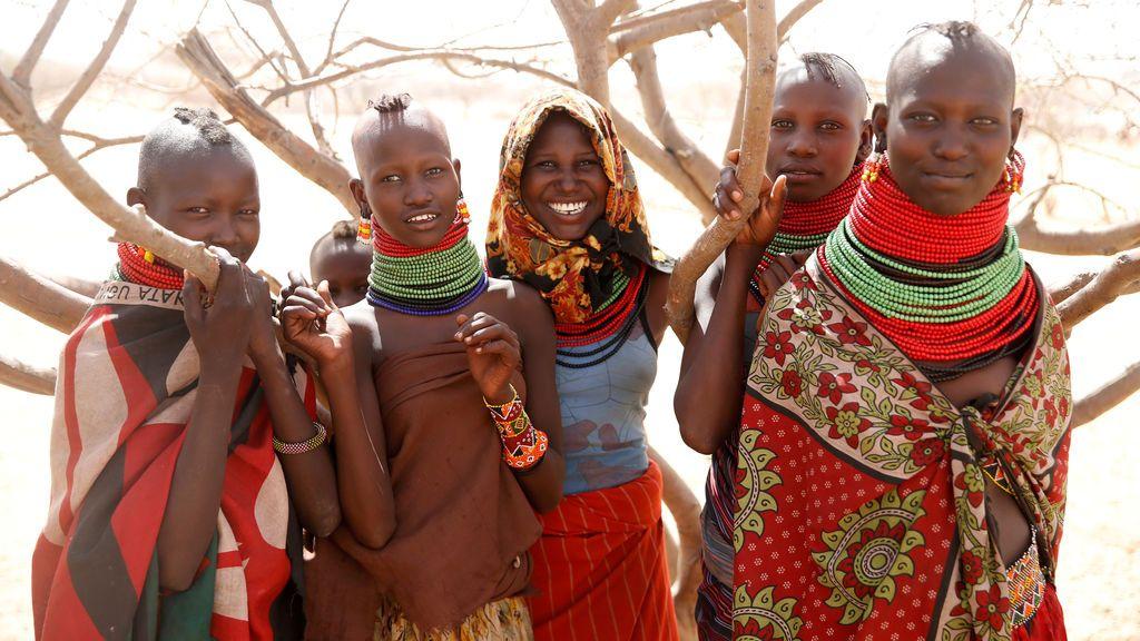 Un grupo de niñas posan para una foto en una charca cerca de Lokichar, en el Condado de Turkana, en Kenia