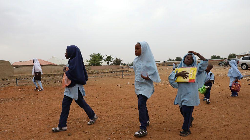 Varias niñas caminado hacía la escuela en la ciudad nororiental de Damaturu, Nigeria