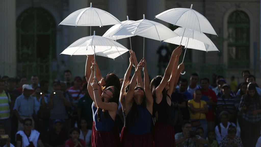 Los bailarines del Humanum Tempore realizan un número durante el festival de artes escénicas de Nomada en el centro de San Salvador