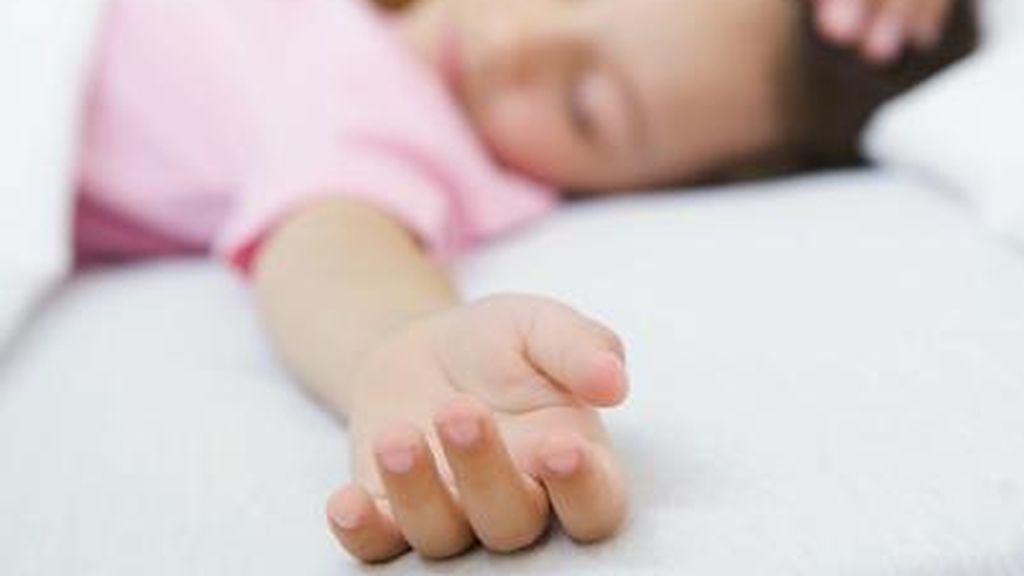 Niña se hace la dormida para evitar que la maten