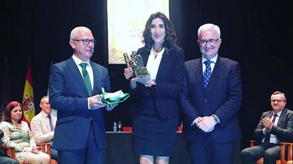 Paz Padilla recibe emocionada el escudo y la bandera de Andalucía