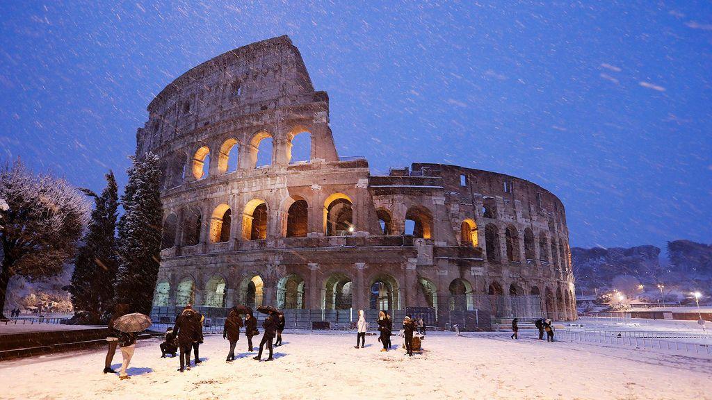 El Coliseo nevado debido al temporal que azota Roma, Italia