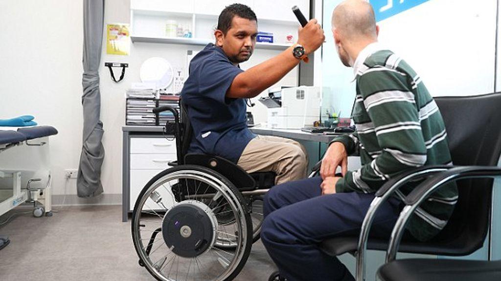 Quedó tetrapléjico en un accidente pero cumplió su sueño de ser médico