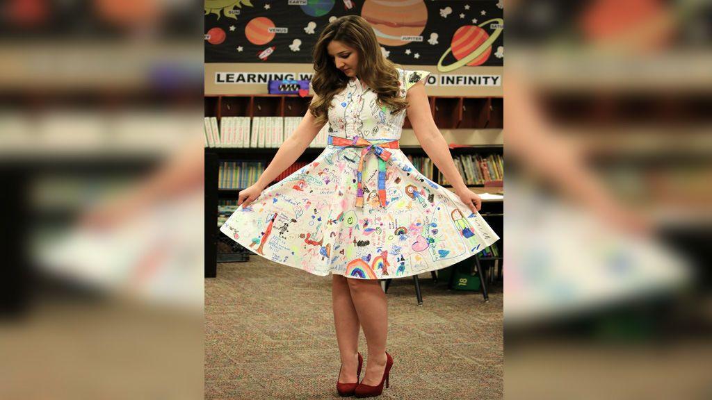 Una profesora potencia la creatividad de sus alumnos dejando que pinten su vestido