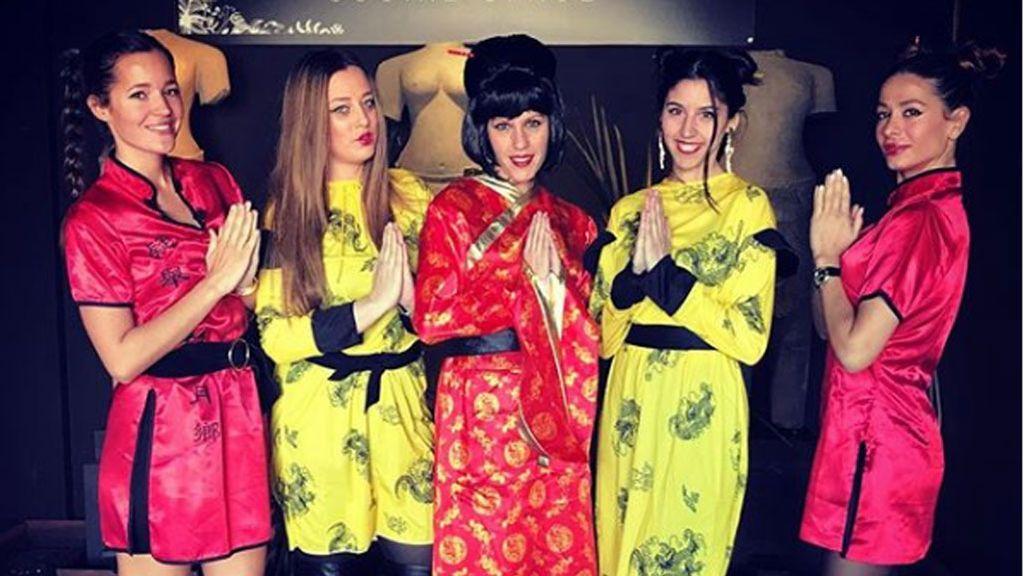 Malena Costa se despide de España con una fiesta y vestida de china