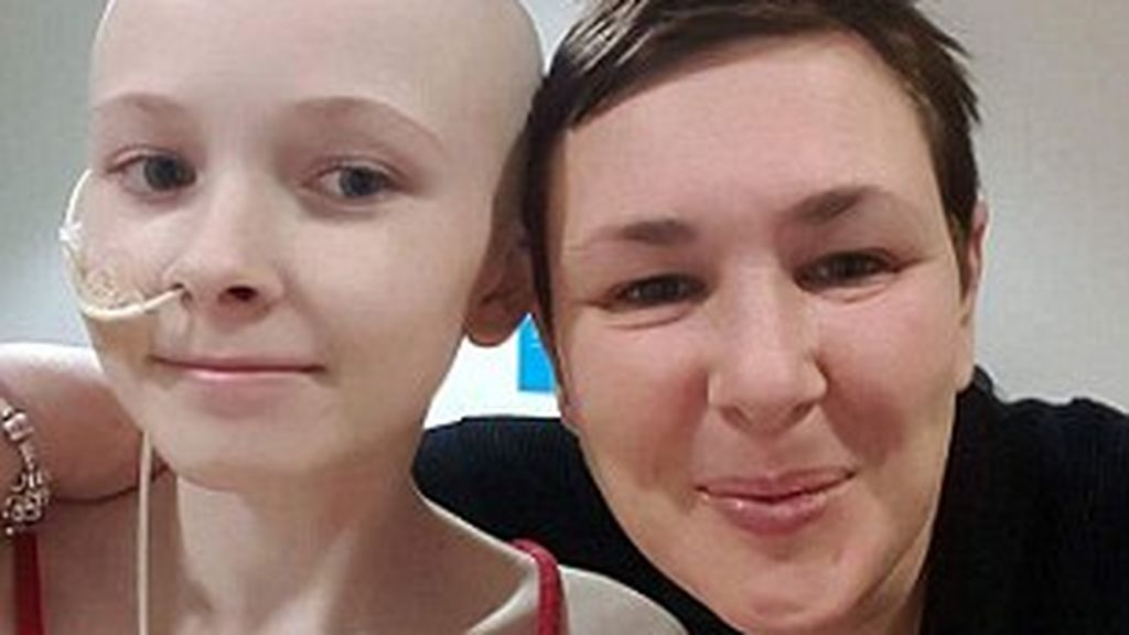 Con 13 años, le diagnostican cáncer de ovario con metástasis tras meses tratándola por estreñimiento