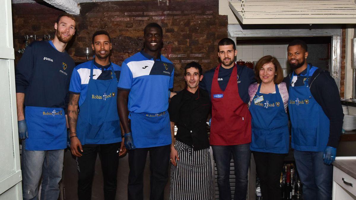 ¡El gran gesto del Estudiantes! Cuatro jugadores hacen de camareros en el restaurante solidario del Padre Ángel