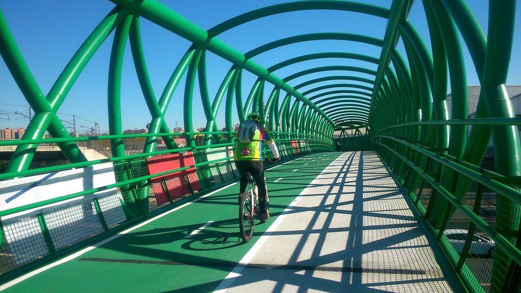 Indignación entre los ciclistas por la multa de la DGT al llevar una luz de seguridad en la bicicleta