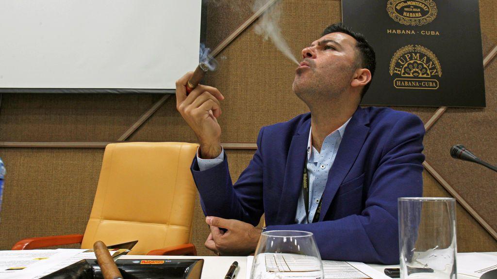 Un hombre fuma un puro durante la apertura del XX Festival del Habano en La Habana, Cuba