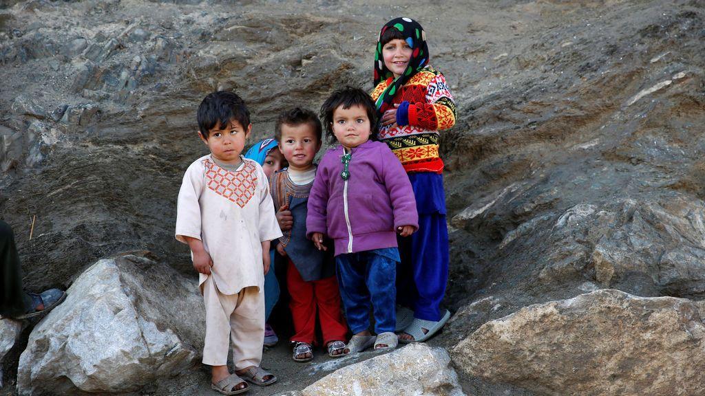 Un grupo de niños afganos en la cima de una colina en Kabul, Afganistán