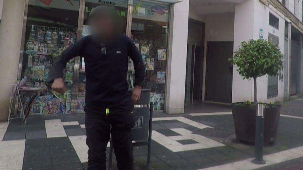 Un agresor amenaza con un arma blanca y roba la cámara al equipo