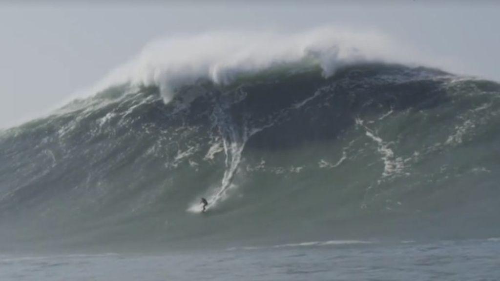 ¡Se rozó la tragedia! Un surfista se cae y queda atrapado en un acantilado entre olas gigantes