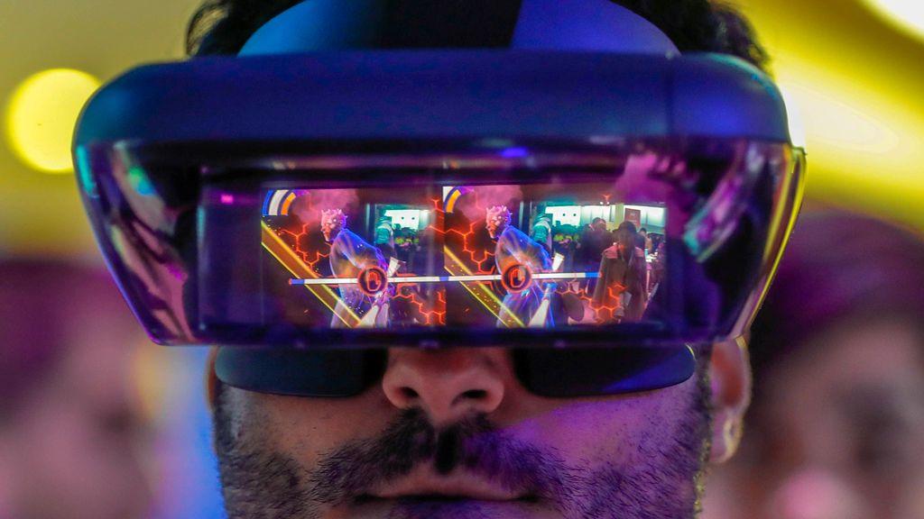 Un visitante prueba unas gafas de realidad virtual de Lenovo durante el Mobile World Congress en Barcelona, España