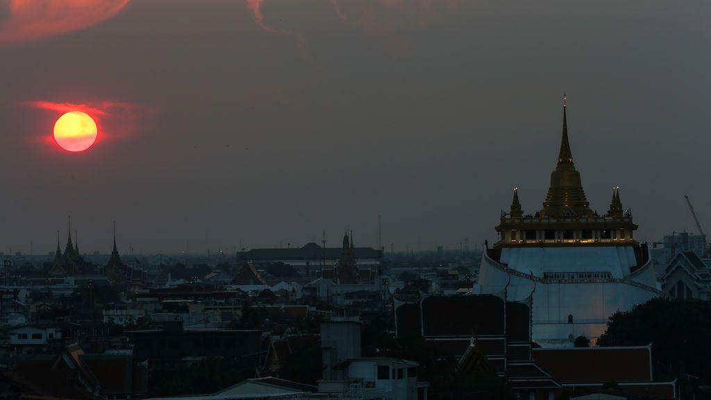 Una preciosa estampa del atardecer sobre el templo Wat Saket en Bangkok, Tailandia