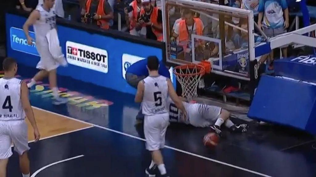 Un jugador de baloncesto acaba lesionado después de que se le cayese el tablero en la cabeza