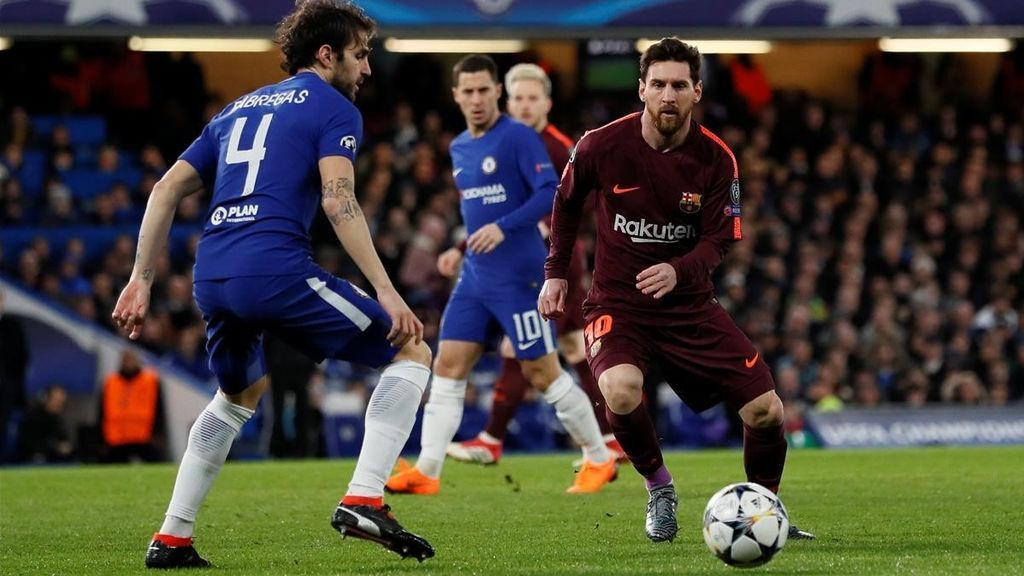 El centrocampista del Chelsea Cesc Fàbregas y el atacante del F.C. Barcelona Leo Messi, en el partido de ida de los octavos de final de la Champions League 2018.
