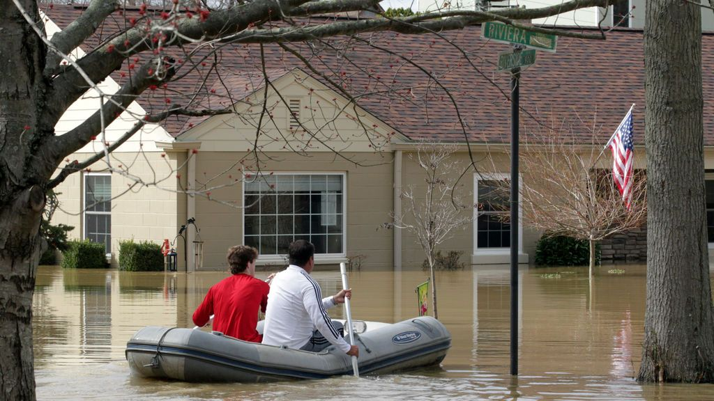 Los vecinos de Louisville tiene que moverse en botes después de que la ciudad haya quedado completamente inundada
